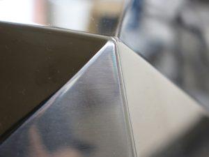 三代目板金屋 メタルインテリア デザイナーと職人のこだわりは細部まで。ツルンとした触り心地です。