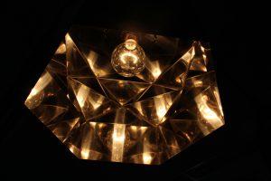 メタルインテリア 金属の照明で万華鏡のような輝き 幾何学的でユニークなペンダントランプ