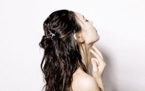まるで蝶が髪にとまったような繊細でフェミニンなヘアアクセサリー
