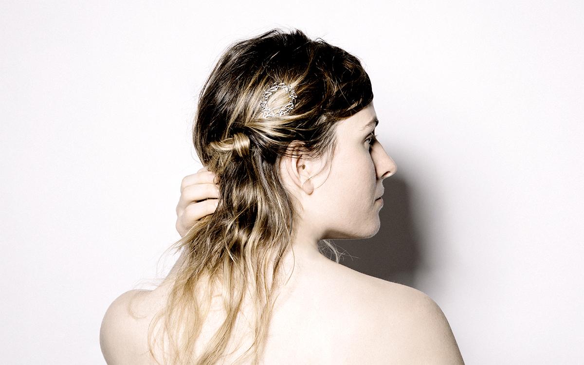 幸せの象徴であるリースがシンプルで上品なヘアアクセサリーに
